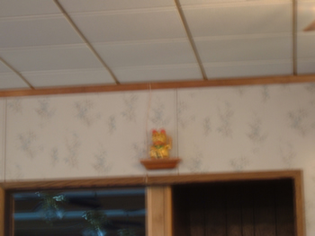 Saluting golden cat statue/clock... we think